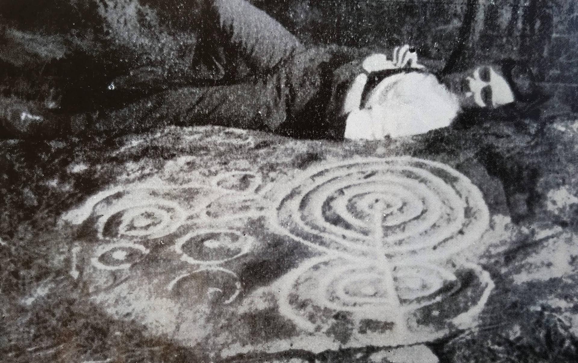 Fernando Acuña castroviejo en el Petroglifo de Río Angueira 1 en 1969.