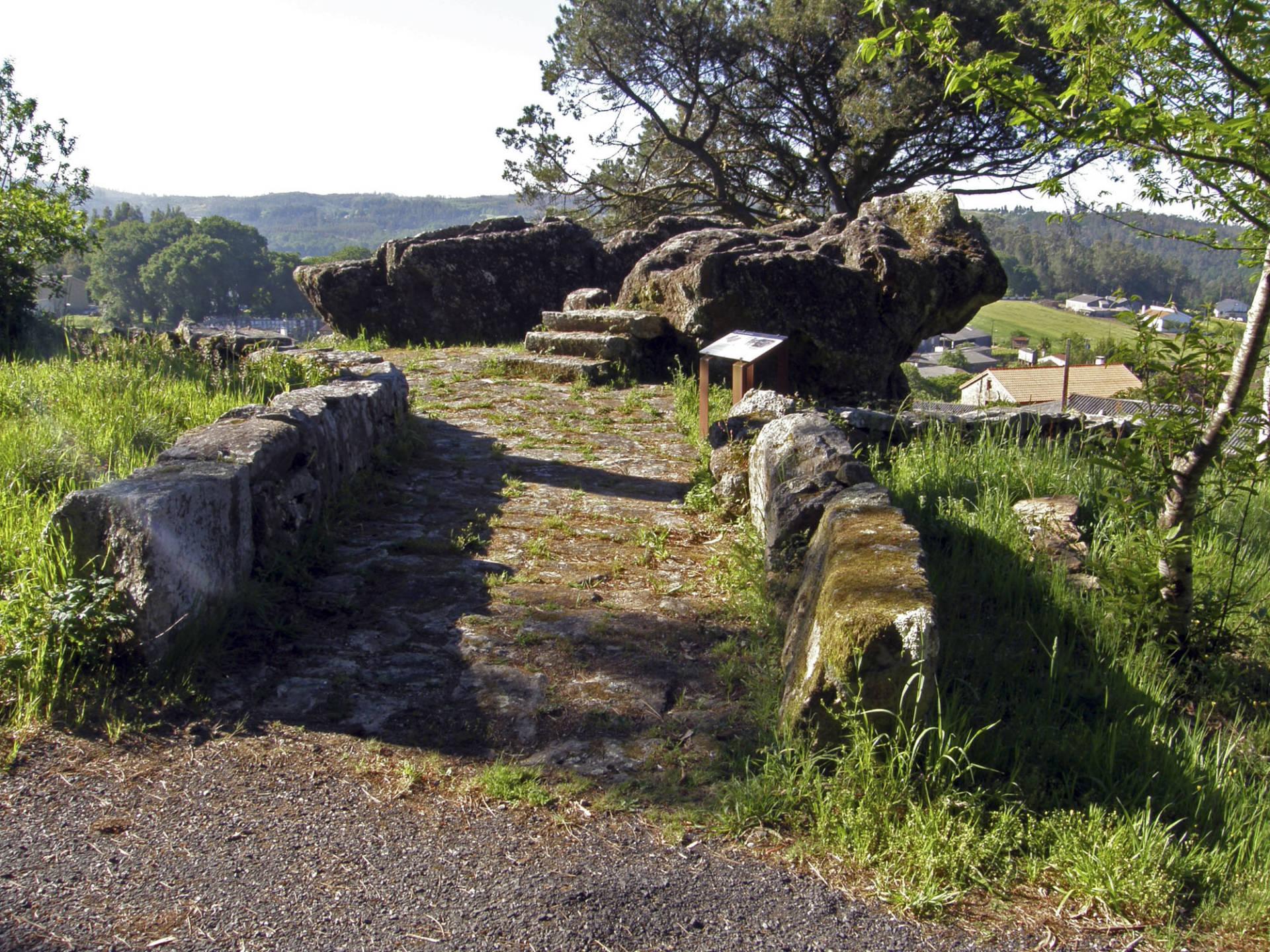 Rocha onde se sitúan os sartegos de Pedra do Home.