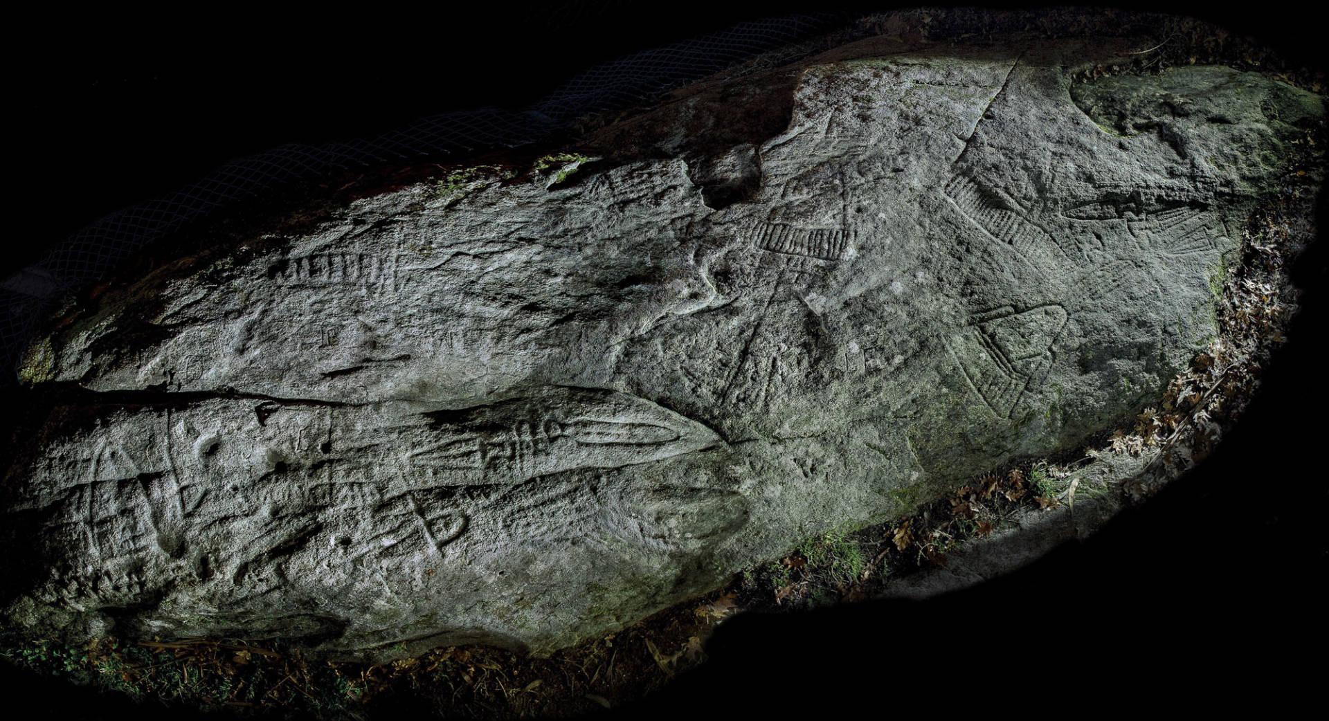 Vista xeral nocturna do Petróglifo de Conxo. ©Colectivo a Rula.